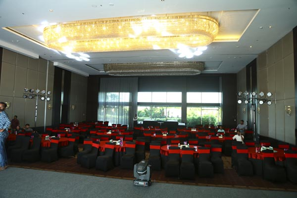 Hotel Crowne Plaza facilities: Banquet seating for corporate event